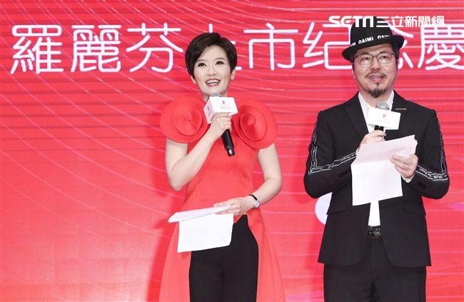「羅麗芬控股」上市紀念慶典主持人寇乃馨、黃國倫。(記者林士傑/攝影)
