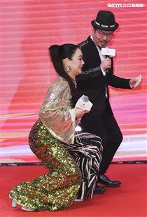 「羅麗芬控股」上市紀念慶典藝人鍾麗緹及主持人黃國倫。(記者林士傑/攝影)