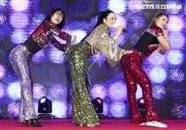 「羅麗芬控股」上市紀念慶典藝人鍾麗緹歌舞獻藝。(記者林士傑/攝影)