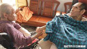 70歲臥床爺想念110歲老母 再見面緊牽手落淚/寧園安養院授權提供