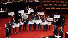 立法院院會  藍委呼口號抗議立法院長蘇嘉全(後左3)16日在立法院會處理議案表決時,國民黨立委在場中持看板抗議,不滿執政黨對普悠瑪列車事件沒有後續處理。中央社記者施宗暉攝  107年11月16日