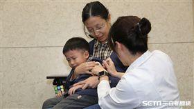 疾病管制署防疫醫師魏欣怡(左一)與劉宇倫(右三),今(20)天各帶著學齡前的寶貝兒女接種流感疫。(圖/疾管署提供)