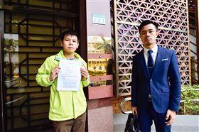 ▲姚文智競辦發言人洪立齊在律師陪同下,至台北地方檢察署提告柯文哲。(圖/姚文智辦公室提供)