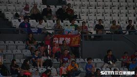 看台上有中華隊加油海報 記者/蕭保祥攝影