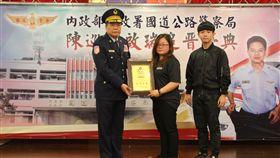 國道警執法因公殉職,陳啟瑞追晉巡官職並頒贈褒揚狀。(圖/警方提供)