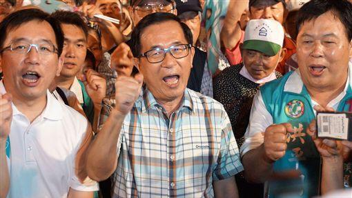 陳水扁出席平反扁案晚會(1)「阿扁總統受政治迫害10週年音樂晚會」11日晚間在高雄三鳳宮登場,前總統陳水扁(前中)出席與會,和現場民眾一同合唱高歌。前左為陳水扁的兒子陳致中。中央社記者程啟峰高雄攝 107年11月11日