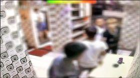 裴進勇(白衣)與蘇男(黑衣)握手。翻攝畫面