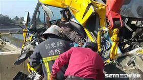 西濱南下121公里車禍、連結車追撞掃街車