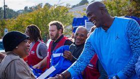 喬丹給災戶送暖 稀有喬神卡天價成交 颶風佛羅倫斯,Michael Jordan,感恩節,賑災,球員卡 翻攝自推特