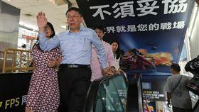 柯文哲光華商場拜票(1)尋求連任的台北市長柯文哲(前右)21日下午前往光華數位新天地拜票,爭取選民支持,呼籲大家踴躍投票。中央社記者謝佳璋攝 107年11月21日
