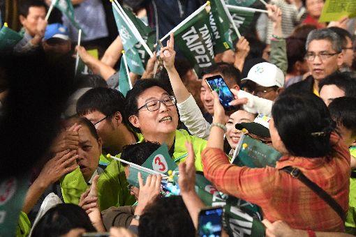 姚文智造勢晚會 支持者簇擁民進黨籍台北市長候選人姚文智(中)21日晚間舉辦「改革不回頭.鬥陣顧台灣」造勢晚會,在現場支持群眾熱情簇擁下進場。中央社記者孫仲達攝 107年11月21日 ID-1653254
