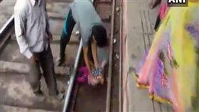 印度,火車,女嬰,奇蹟,落軌(圖/翻攝自ANI UP推特)
