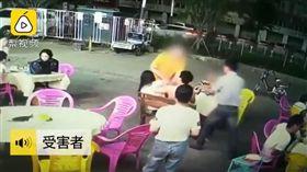 女子吃路邊攤遭猥褻。(圖/翻攝自《梨視頻》)