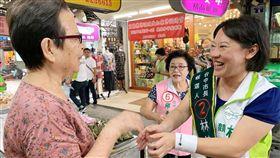 林佳龍妻子廖婉如平實親和 成熱門助選員台中市長林佳龍的太太廖婉如(右)平實親和、沒有架子的態度,在這次選戰中,成為綠營市議員候選人爭相邀約站台的對象,也是最忙碌的助選員之一。中央社記者郝雪卿攝 107年11月22日