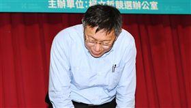 柯文哲向支持者鞠躬致意尋求連任的台北市長柯文哲(圖)22日在台大國際會議中心出席各行各業挺柯P記者會,向支持者鞠躬致意,表達感謝。中央社記者施宗暉攝  107年11月22日