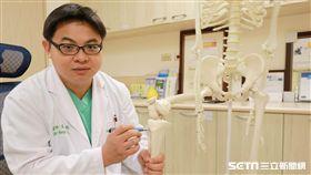 醫師王大翊說明長高機制。(圖/亞大醫院提供)