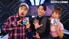 陳漢典(中)在《完全娛樂》宣傳時,和主持人阿達(左)及何美(右)分享當跳唱歌手的心情