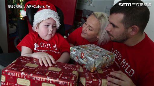 ▲每年聖誕節,Milo Browne的父母都會發送禮物給其他病童。(圖/翻攝自AP/Caters TV)