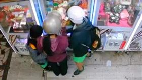 母子三人撞夾娃娃機/爆料公社