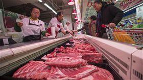 中國民眾擔心物價上漲中國生豬價格自5月中旬到8月中旬已上漲了33%。貿易戰加上非洲豬瘟、夏糧減產等因素,讓中國民眾越來越擔心物價會快速上漲。圖為1月時,民眾在山西太原的超市選購豬肉。(中新社提供)中央社 107年8月25日