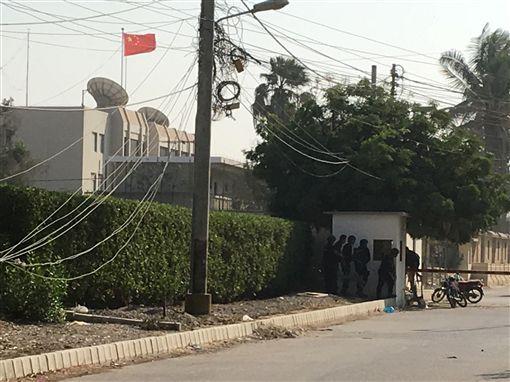 中國駐巴基斯坦喀拉蚩領事館,今(23)日遭到自殺炸彈客攻擊。據外媒報導,此起事件似乎是當地的分離組織所為,因不滿中國剝削巴基斯坦資源,才會攻擊中國領事館。圖/路透社/達志影像