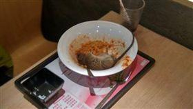 加菜不加價? 「天降巨鼠」落碗中大媽尖叫(圖/臉書)