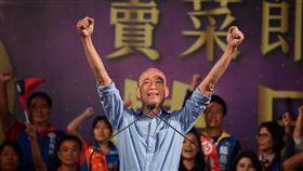 選前之夜 韓國瑜激昂喊話炒熱氣氛(1)國民黨高雄市長候選人韓國瑜(中)23日選前之夜在夢時代旁廣場空地舉行,韓國瑜現身舞台後,向支持者發表演說,重申執政理念願景,現場氣氛高昂。中央社記者王飛華攝 107年11月23日