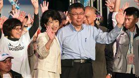 選前之夜 柯文哲陳佩琪同台催票力拚連任的台北市長柯文哲(前右)23日晚間在四四南村舉辦選前之夜造勢活動,與妻子陳佩琪(前左)一同現身催票。中央社記者裴禛攝 107年11月23日