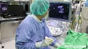 醫師陳家禹替患者進行射頻燒灼術。(圖/亞大醫院提供)