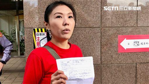 劉樂妍返台投票,大方秀出自己還有台灣身分證。(圖/記者蔡世偉攝影)
