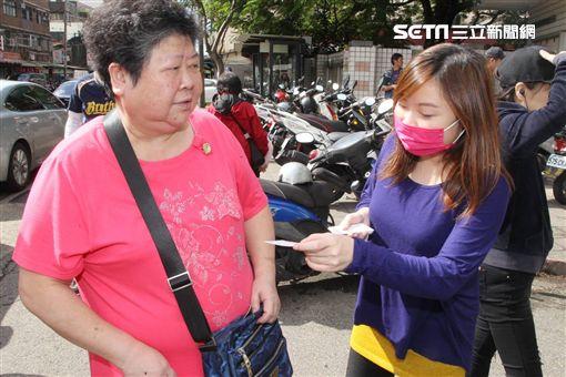 潭美國小排隊投票民眾 圖/記者邱榮吉攝影