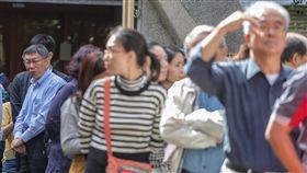 九合一選舉併公投 柯文哲投票(3)107年地方公職人員選舉及全國性公民投票案第7案至第16案24日投開票,尋求連任的台北市長柯文哲(左)上午前往台北市立圖書館啟明分館,與民眾一起排隊投票。中央社記者裴禛攝 107年11月24日