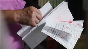 民眾赴投票所投票(2)107年地方公職人員選舉及全國性公民投票案第7案至第16案24日投開票,由於公投多達10案,民眾前往投票所投票時,領取到一疊選票。中央社記者吳翊寧高雄攝 107年11月24日