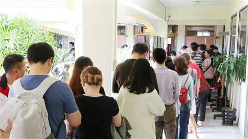 各地投票所湧現排隊人潮/記者林士傑攝影攝影