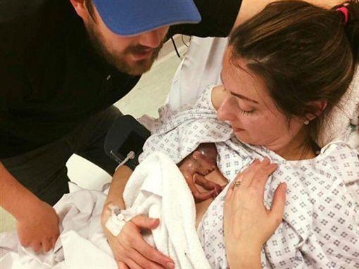英國母親丹尼絲(Sophie Dennis)早產生下一名僅22周大的女嬰「秋天」(Autumn)(圖/翻攝自推特)