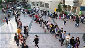 午後4時 民眾還在排隊等投票(1)九合一大選暨公投24日投開票,各地投票所都出現長長排隊人龍,中選會表示,下午4時前已抵達投票所的民眾都能投票。下午4時後,台中東興國小排隊等待投票的人潮比上午更多,從教室一路排到校門口。中央社記者吳家昇攝 107年11月24日