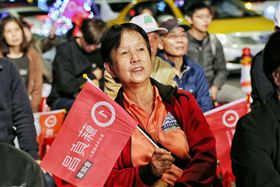九合一選舉/蘇貞昌開票晚會,民眾聚集現場觀看開票數。(記者/林士傑攝影)