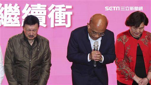 九合一選舉/蘇貞昌確定敗選,由余天、太太等人陪同上台發表落選感言。(圖/記者林士傑攝影)