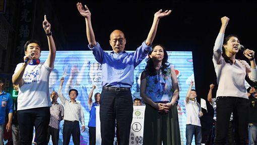 九合一選舉 韓國瑜發表勝選感言2018九合一選舉24日晚間持續開票,國民黨高雄市長候選人韓國瑜(前右3)已先自行宣布勝選,與妻子李佳芬(前右2)登台感謝選民支持,並發表勝選感言。中央社記者王飛華攝 107年11月24日 ID-1658328