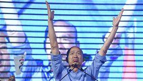 九合一選舉 賣菜郎韓國瑜宣布勝選2018九合一選舉,國民黨高雄市長候選人「賣菜郎」韓國瑜24日晚間自行宣布當選,他現身市黨部致詞,激昂演說讓支持者情緒高亢,現場歡呼聲不絕於耳。中央社記者王飛華攝 107年11月24日