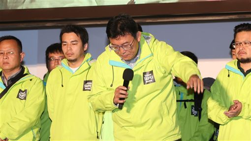 姚文智宣布敗選(1)2018九合一選舉24日晚間持續開票,民進黨台北市長候選人姚文智(右2)自行宣布敗選,並向支持者鞠躬致意。中央社記者張皓安攝 107年11月24日