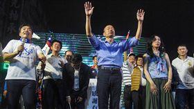 九合一選舉 韓國瑜宣布當選感謝選民支持2018九合一選舉持續開票中,國民黨高雄市長候選人韓國瑜(前中)24日晚間已先自行宣布當選,登台向支持民眾鞠躬感謝,發表勝選感言。中央社記者王飛華攝 107年11月24日