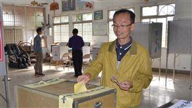 九合一選舉 台南無黨籍陳永和票數衝第32018九合一選舉,無黨籍台南市長候選人陳永和(右)得票數截至晚間11時止,排在6名市長候選人中的第3位,雖未能當選,但他表示,會繼續當台灣志工。中央社記者楊思瑞攝 107年11月24日