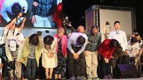 柯文哲連任台北市長 90度鞠躬向民眾致意2018九合一選舉,台北市長開票作業從24日傍晚一路開到25日凌晨2時許,無黨籍候選人柯文哲(前中)以些微差距險勝連任,在台上深深鞠躬向支持者致意,感謝他們全力相挺。中央社 107年11月25日