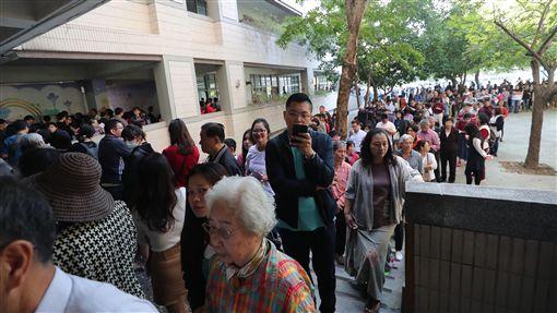 公投綁大選 民眾大排長龍等待投票2018年九合一選舉與公投24日投開票。中選會表示,選舉票預計24日晚間9時前開完,公投票結果宣布要到25日凌晨2時。大批民眾在台中東興國小排隊等待投票。中央社記者吳家昇攝 107年11月24日