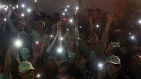 柯文哲連任台北市長 支持者嗨翻(2)2018台北市長選舉戰況膠著,開票一路從24日傍晚持續到25日凌晨,無黨籍候選人柯文哲的支持者在確認柯文哲當選連任後,一同點起手機燈光,照亮黑夜,開心迎接柯文哲勝選。中央社 107年11月25日