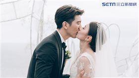 修杰楷對新娘賈靜雯深情一吻。(圖/齊點娛樂有限公司/小小姑娘工作室)
