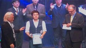 大會宣布簡綸廷奪得FISM大賽冠軍後,淚流滿面上台。(圖/翻攝自YouTube)