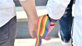 挺同平權公投落空 精神科醫師籲社會給溫暖兒童青少年精神科專科醫師徐志雲25日表示,反同公投從過程到結果,都是對弱勢族群的重大傷害,尤其愈缺乏資源、愈不能出櫃的同志,受傷愈深。他建議,不妨給同志擁抱、戴彩虹配件,讓他們知道自己不孤單。(婚姻平權大平台提供)中央社記者陳偉婷傳真 107年11月25日