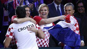 ▲克羅埃西亞總統Kolinda Grabar-Kitarovic這次擁抱的世冠軍隊球員。(圖/美聯社/達志影像)